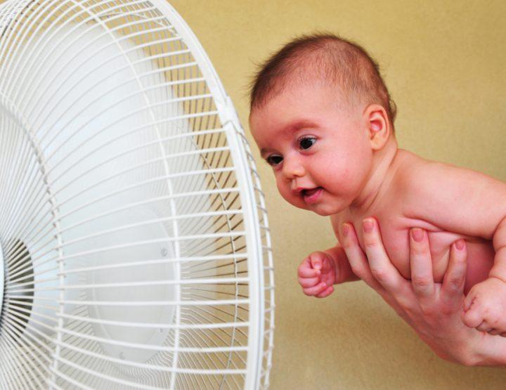 Zo kleed je je baby bij 25 graden of meer